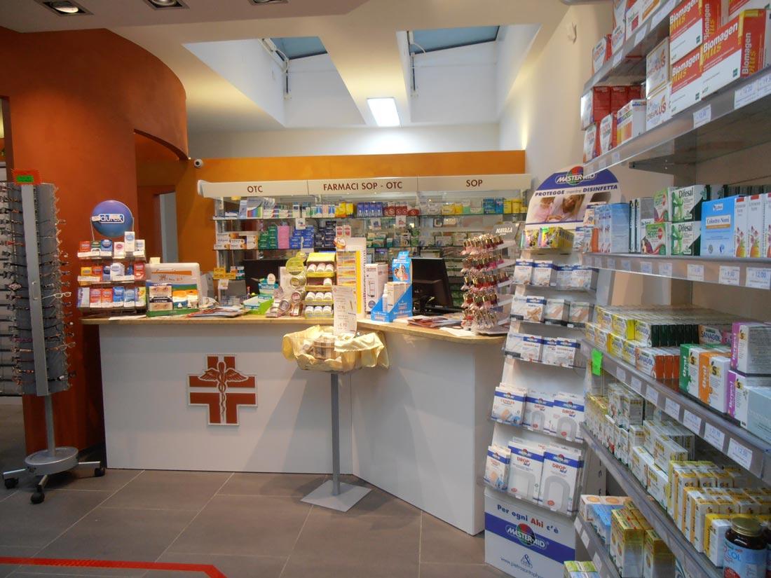 Progettazione e arredamento su misura per negozi arredo 3 for Arredo srl